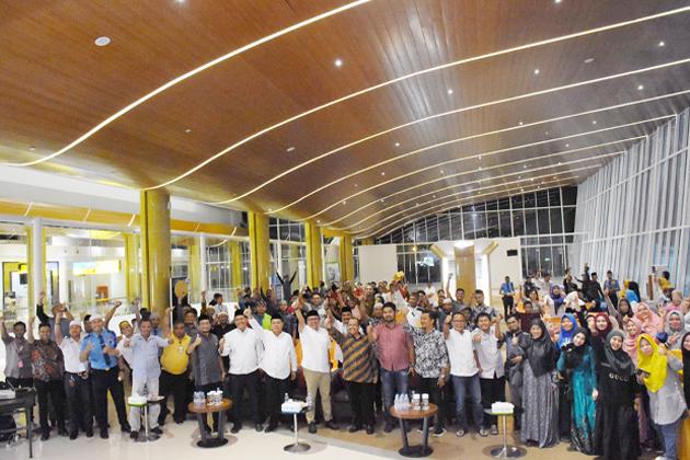 Kepala Bandara APT Pranoto Dodi Dharma Cahyadi dan para mitra - Bandara APT Pranoto Naik Kelas Jadi Bandara Kelas Satu