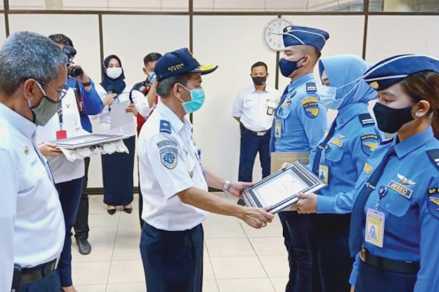 Direktur Keamanan Penerbangan Elfi Amir saat memberi penghargaan kepada Petugas Avsec Bandara Hang Nadim karena - Direktur Keamanan Penerbangan Elfi Amir; Avsec Tingkatkan Pengawasan dan Kewaspadaan