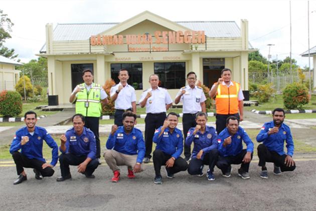 Kabandara M. Sarif Hidayat beserta sebagian staf Bandara Senggeh - Bandara Senggeh; Dukungan Penuh Pemda