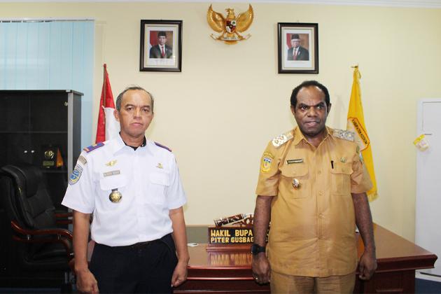 Kabandara Senggeh M. Sarif Hidayat dan Bupati Keerom Piter Gusbager
